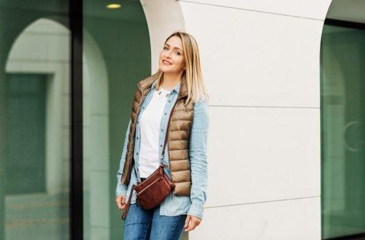 Kvinde med crossbody taske